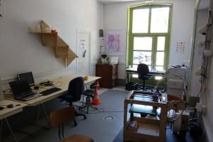 On y voit en vrac l'ultimaker, une étagère T-shelf, le coin soudure, le coin café et un plan de travail